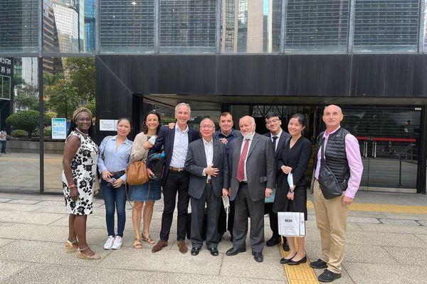 Mathias Echène (quatrième à partir de la gauche) avec ses soutiens juste après l'annonce de son acquittement par la justice de Hong Kong le 6 avril 2021.
