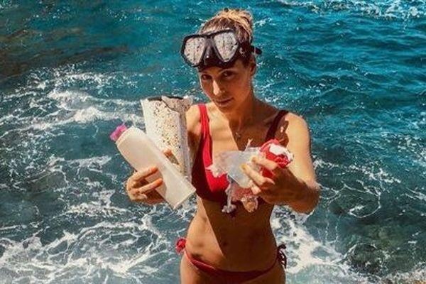 Laury Thilleman s'indigne sur les plages de Porquerolles.