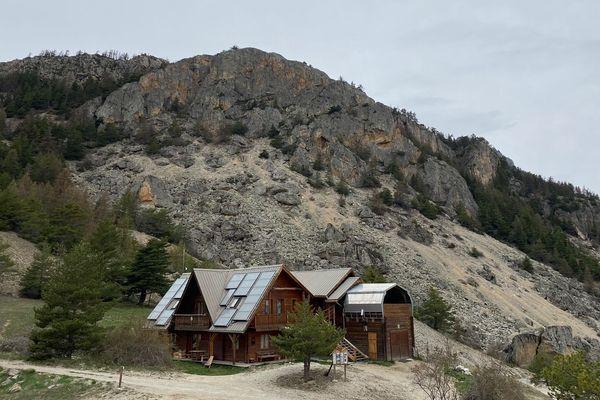 Le refuge du Pas-du-Loup se situe à 1500 mètres d'altitude, près du village de Saint-Martin-de-Queyrières