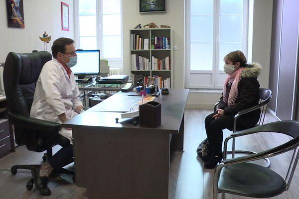 Damien Pollet, médecin généraliste du Jura dans son cabinet de Salins-les-Bains