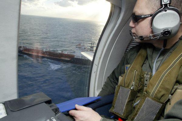 Un observateur à bord d'un avion Falcon 50 de la base aéronavale de Lann-Bihoué près de Lorient, lors d'une patrouille aérienne.
