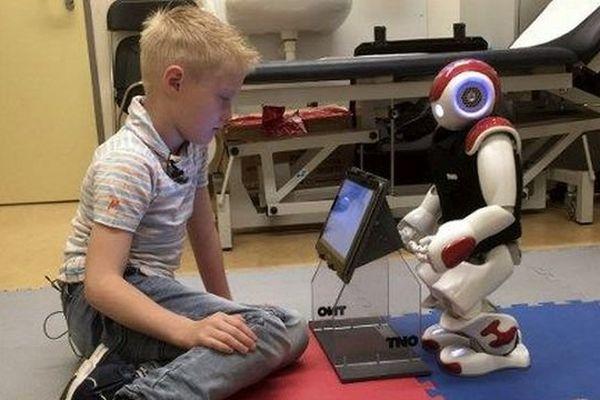 La robotique prend de plus en plus de place dans notre quotidien :  par exemple, cet enfant apprend à gérer son diabète avec le robot Charly, dans un hôpital hollandais en juin 2016.