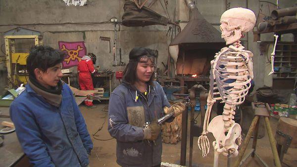 Pour créer leur squelette de métal, les deux artistes s'inspirent de la copie d'un véritable squelette humain.