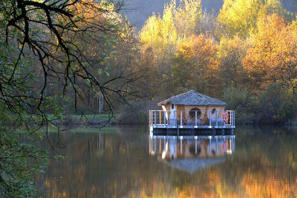 La région Bourgogne Franche-Comté recèle d'hébergements insolites, comme ici l'une des cabanes des grands lacs en Haute-Saône.