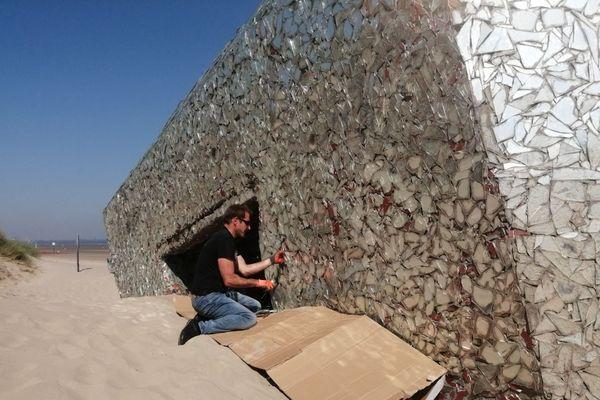 L'artiste Anonyme a commencé le démontage des miroirs sur le blockhaus de Leffrinckoucke. L'opération devrait durer tout l'été.