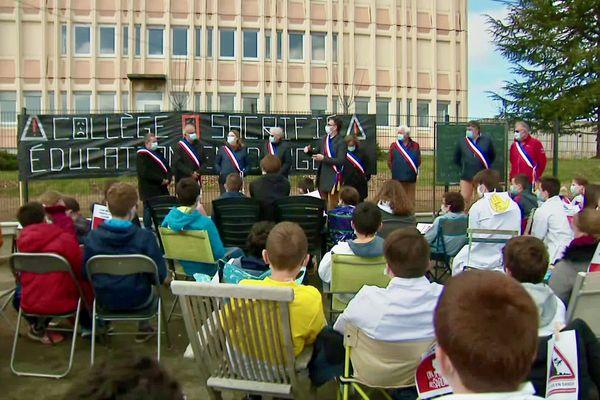 Élus et parents d'élèves réunis nombreux, et dans le respect des gestes barrières, devant le collège Jacques Prévert à Pontvallain dans la Sarthe