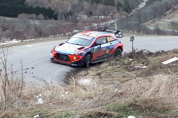 L'Estonien Ott Tänak est violemment sorti de route ce vendredi dans la quatrième spéciale du rallye Monte-Carlo.