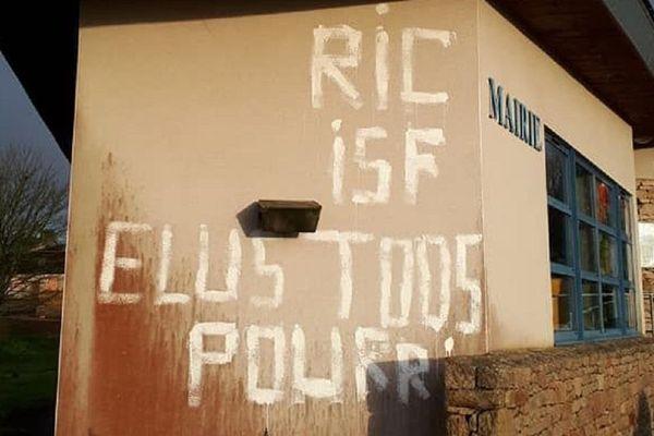 Les tags sur la mairie de Calanhel (Côtes d'Armor) ont été peints dans la nuit de samedi 9 à dimanche 10 février