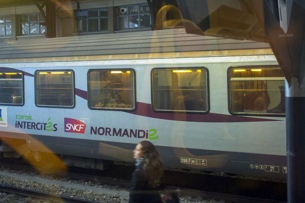 Un train Corail en gare Saint-Lazare à Paris