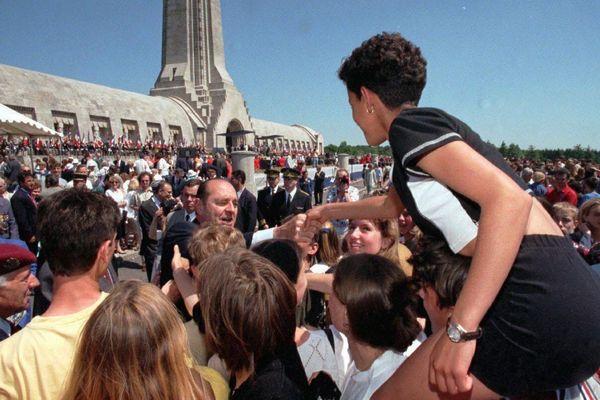 Le bain de foule, moment apprécié de l'ancien président de la république Jacques Chirac, ici à Douaumont.