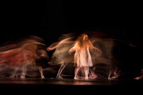 Une femme qui danse.