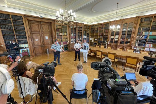 Le procureur Christian Mercuri et le commissaire divisionnaire Michel Klein (DDSP57) face aux journalistes, le 04 juin 2021 à Metz (Moselle).