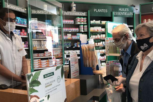 Comme Denise et son mari, beaucoup de patients sont à la recherche de masques dans les pharmacies.