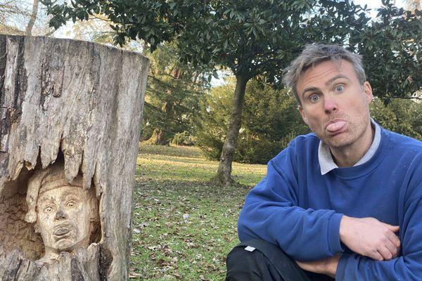 Ronan Charles, sculpteur, posant à coté de l'une de ses oeuvres au parc Bourran de Mérignac