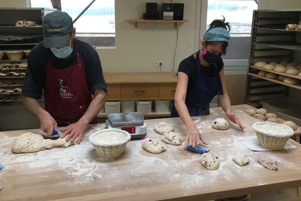 L'augmentation des commandes oblige les associés du Gaec du Haut du Clos à travailler à deux à la boulangerie, et à la livraison
