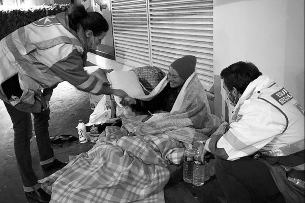 Des bénévoles de l'ordre de malte lors d'une maraude auprès des sans-abris