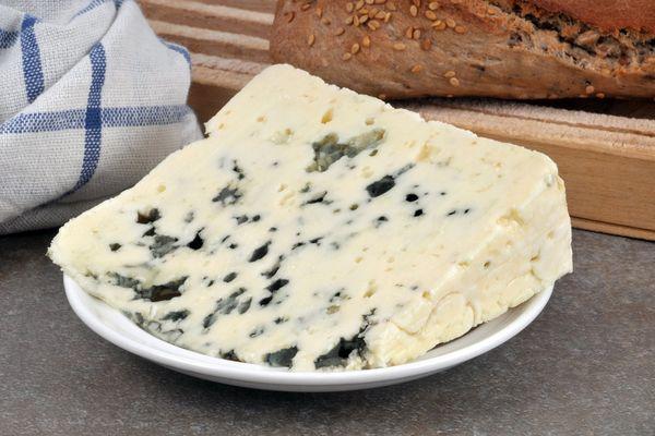 Le Roquefort est mal noté par Nutri-Score malgré ses qualités nutritives.
