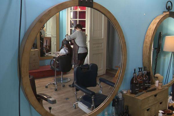 Dans ce salon de Narbonne, le coiffeur attend depuis un an le versement des aides pour ces apprentis.