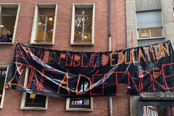 Des enseignants grévistes occupent le centre régional de documentation pédagogique de Toulouse, ce vendredi 17 mai 2019.