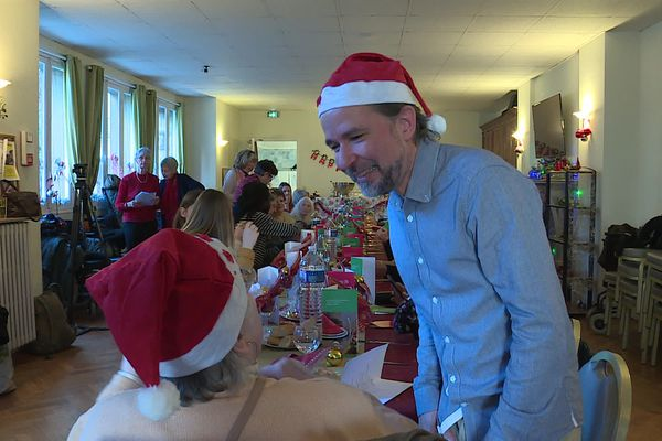 Le Noël des Petits Frères des Pauvres à Nice, un moment de partage pour les personnes âgées isolées.