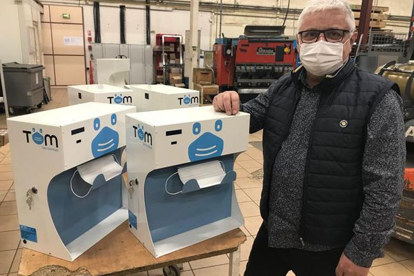 Avec ce distributeur de masques sans contact, cette entreprise de Montluçon, dans l'Allier, fonde de grands espoirs de développement.