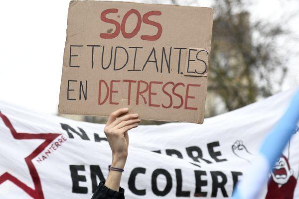 En détresse, les étudiant(e)s lancent un SOS lors d'une manifestation contre leur précarité qui s'est accentuée avec l'épidémie de Covid-19. Paris, 16 mars 2021.