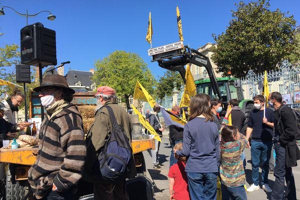 Environ 200 paysans venus de l'Ouest de la France (Bretagne, Normandie et Pays de Loire) rassemblés à Rennes pour réclamer une PAC basée sur d'autres critères que la superficie de l'exploitation.