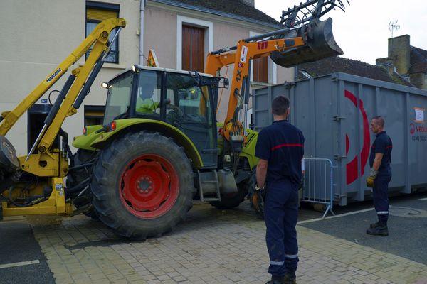 À Souligné, les pompiers aident les habitants à déblayer.