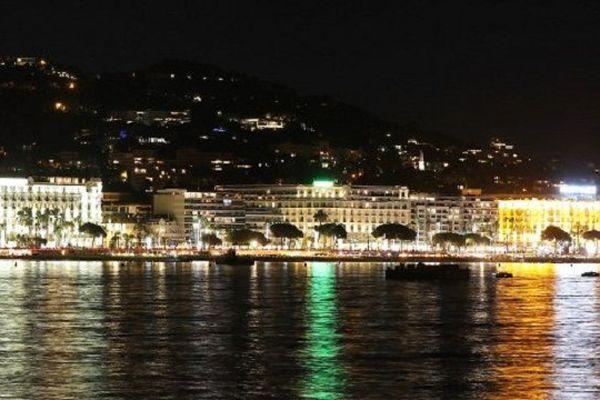Sur La Croisette de Cannes, de gauche à droite : l'InterContinental Carlton Cannes, le Miramar Plage et le Grand Hyatt Cannes Hotel Martinez.