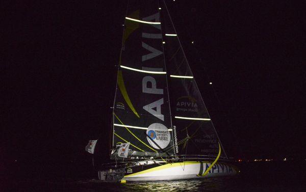 Apivia à son arrivée de nuit dans la baie de Salvador de Bahia