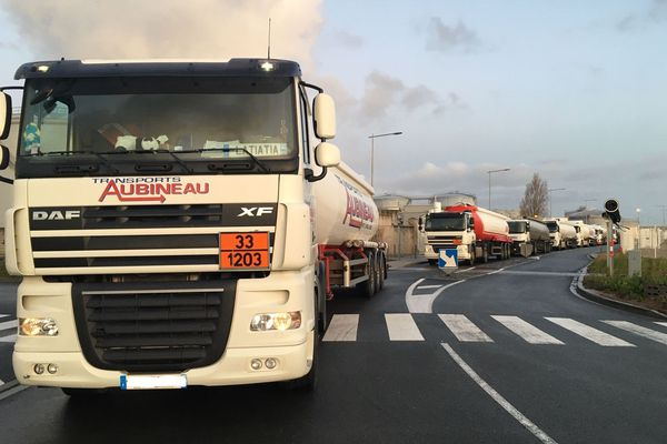 Les camions sont bloqués à l'entrée du dépôt pétrolier de La Rochelle depuis plusieurs heures