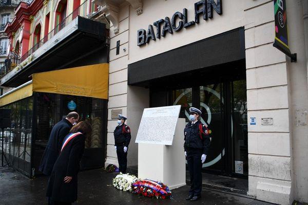 Le Premier ministre Jean Castex et la maire de Paris, Anne Hidalgo, lors de la cérémonie d'hommage aux victimes du 13-Novembre devant le Bataclan.