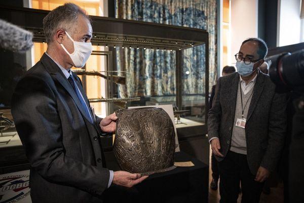 Le commissaire Frederic Malon restitue les deux pièces volées au président du Musée du Louvres, ce mercredi 3 mars à Paris.
