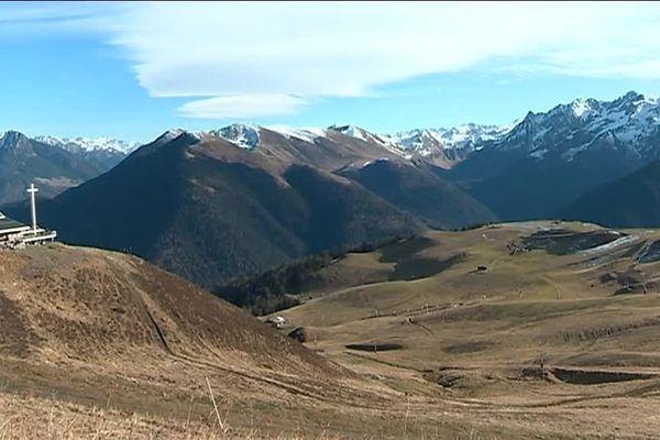 Des sommets en altitude sans neige en plein hiver. Les professionnels de Luchon n'ont pas vu ça depuis 20 ans. Tous attendent l'arrivée du froid avec impatience.