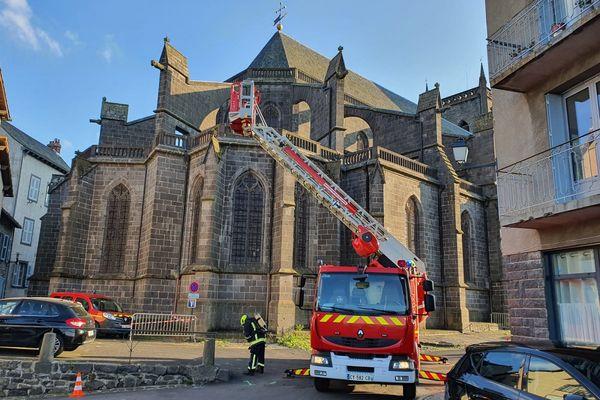 Les pompiers du Cantal se sont entraînés jeudi 10 juin pour protéger la cathédrale de Saint-Flour en cas d'incendie.