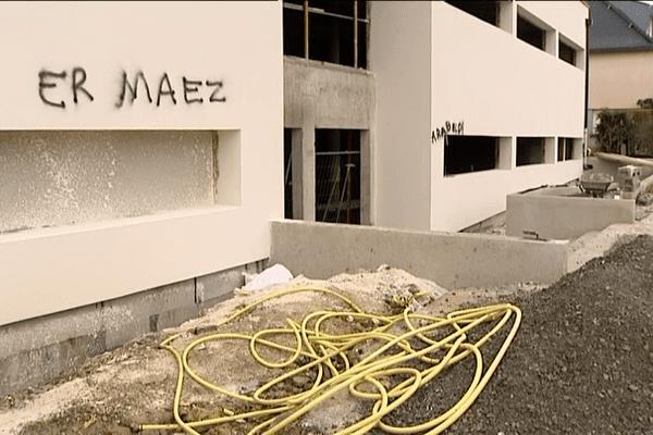 """""""Er Maez"""", """"Au dehors"""" en Breton et """"Arab"""", """"les arabes"""" sont les deux inscriptions taguées sur les murs du centre culturel islamique de Vezin-le-Coquet (35)"""