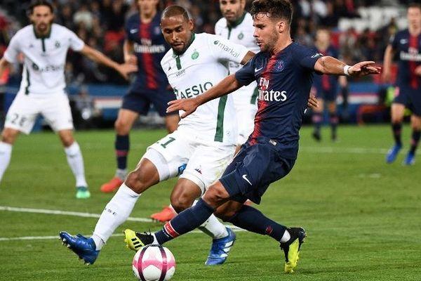 Le défenseur brésilien Gabriel Silva (face au parisien Juan Bernat, pendant le match de Ligue 1 PSG-ASSE, vendredi 14 septembre au Parc des Princes.