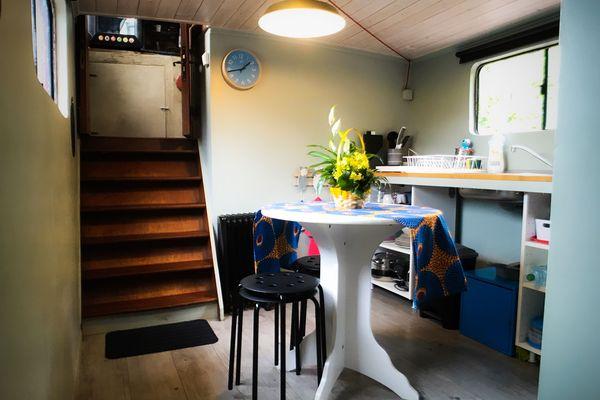 La cuisine installée dans l'ancienne cabine du marinier