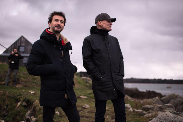 Renan Luce et Gaëtan Roussel sur le tournage de Abers Road. Cette route des Abers est la nouvelle émission musicale itinérante de France 3 Bretagne et de France Bleu