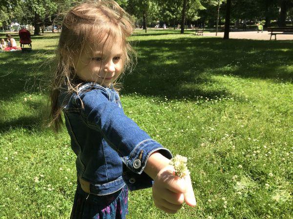 Pour son retour au parc après plus de deux mois de privation, Zoé doit s'amuser sans le toboggan.