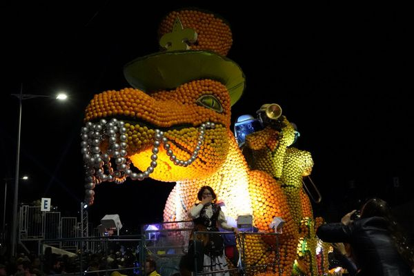 Un char aux allures de dragon lors du corso nocturne.