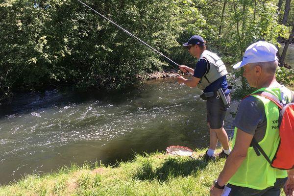 Les plus grands champions de pêche se sont donnés rendez-vous à Arpajon-sur-Cère le samedi 1er juin. Raphaël Becker, memebre de l'équipe de France a visiblement une prise lors de ces championnats du monde de pêche à la truite.