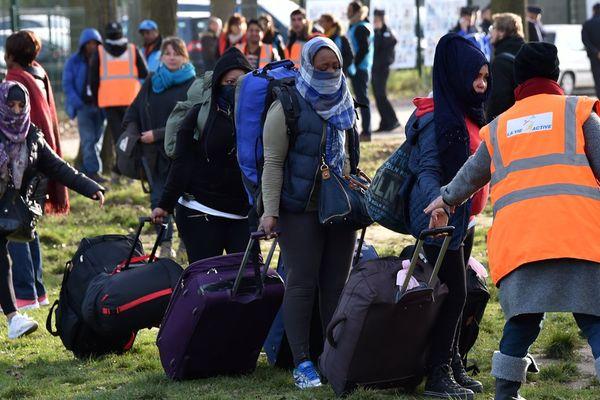 Des femmes quittent le centre Jules-Ferry à Calais, le 3 novembre 2017.