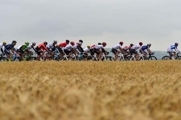 La route est droite mais ne le sera pas longtemps pour les coureurs du Tour de France 2018.