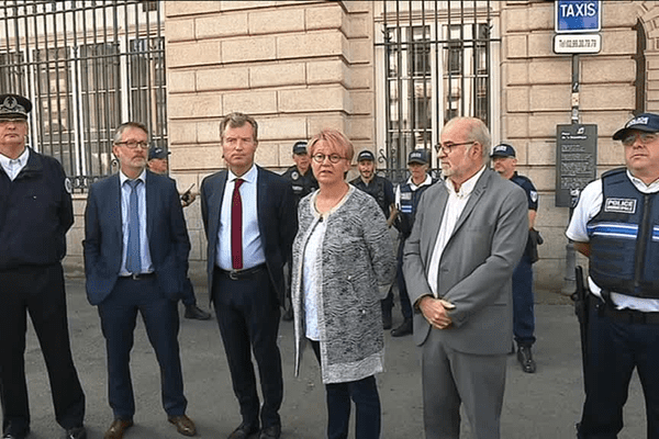 Nicolas Jacquet, procureur de la république (2e à gauche), Christophe Mirmand, préfet d'Ille-et-Vilaine et Nathalie Appéré, maire de Rennes, ont tenu à afficher une mobilisation contre la hausse de la délinquance à Rennes