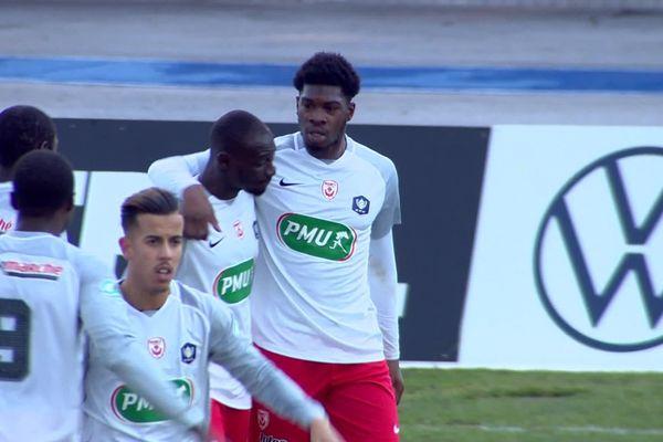 L'attaquant de l'ASNL, Malaly Dembélé, juste après avoir marqué le but égalisateur en première mi-temps. Il sera expulsé pour un vilain juste en deuxième période.