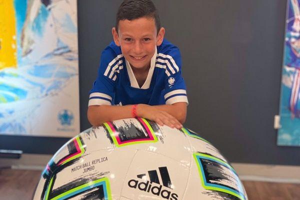 Nathan Roig, 10 ans, a eu le privilège d'installer le ballon avant le coup d'envoi de France-Portugal, le 23 juin