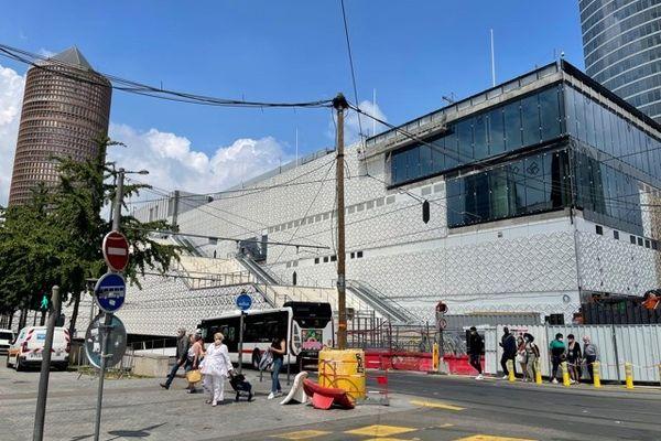 Des escaliers  monumentaux sont prévus pour donner accès aux toits, comme celui positionné en face de la gare SNCF