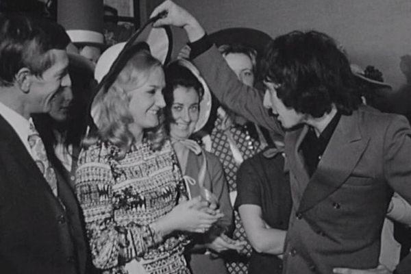 Pour le 25 novembre 1970, le chanteur Serge Prisset a rencontré les employées de La Redoute à Roubaix.
