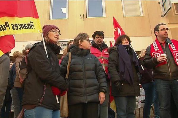 Les agents des finances publiques en grève se sont rassemblés devant le centre des impôts de Cagnes-sur-Mer ce matin.